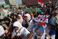 Sejumlah umat Muslim dari berbagai wilayah di Kota Medan melakukan penggalangan dana saat aksi solidaritas untuk Palestina di Bundaran SIB Medan, Sumut, Minggu (13/7)